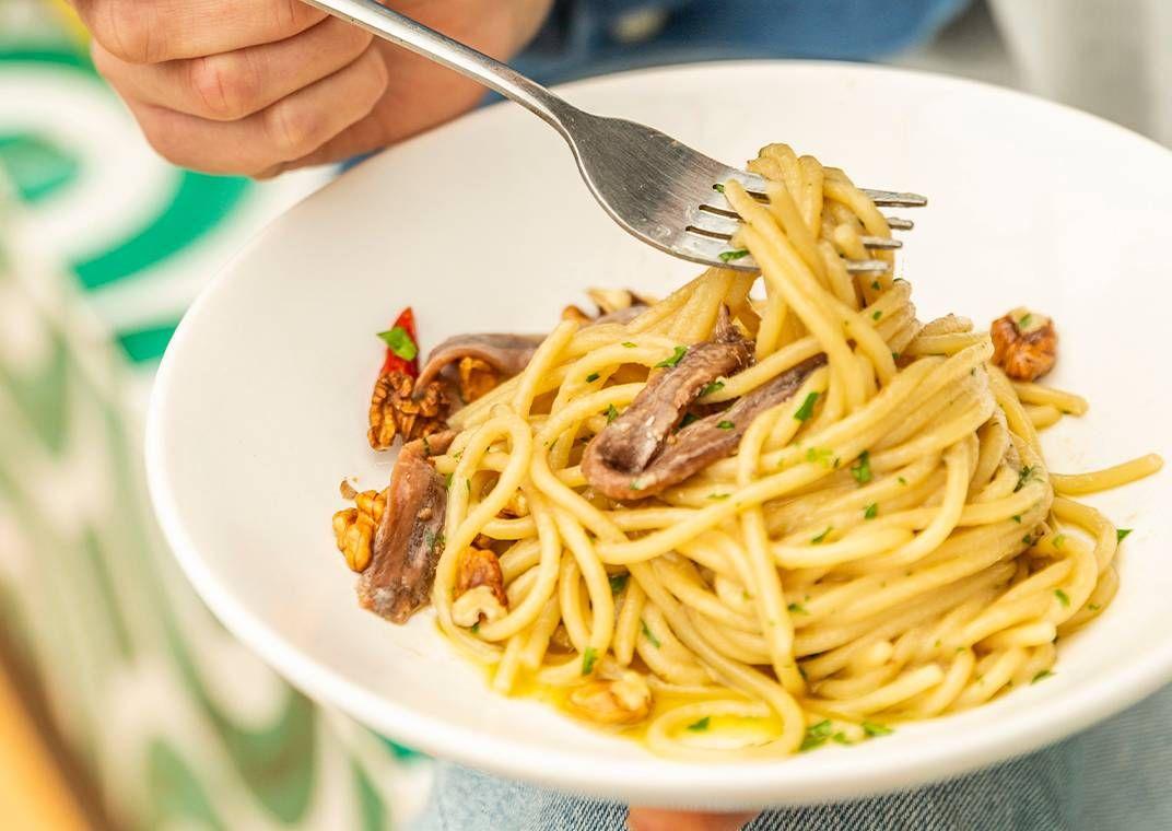 il-gran-spaghetto-voiello-n-105-aglio-e-olio-con-alici-e-noci-di-sorrento